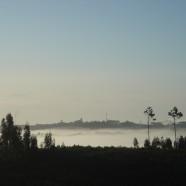 Ochtendnevel. Heel vroeg in de morgen hangt er ochtendnevel tussen de heuvels. Foto vanaf het balkon van Vale de Garcia. Boven de nevelflarden de contouren van Cardigos.