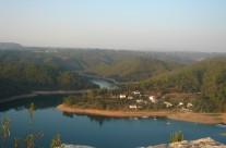 De Zezere. Het grootste stuwmeer van Europa. Kristalhelder blauw zwemwater tussen groene heuvels. Rustige stranden met kanoverhuur. Watersportcentrum, waterskiën, bootverhuur.