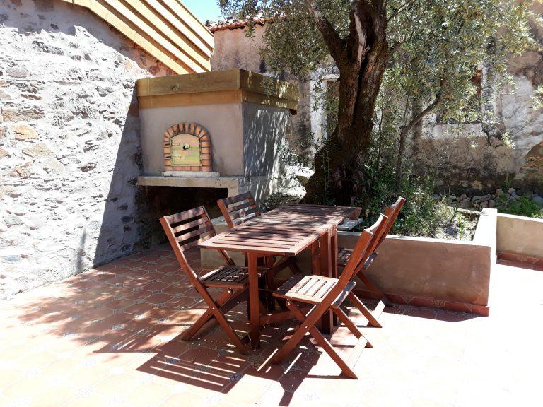 Drie marias pizzaoven en tafel met stoelen