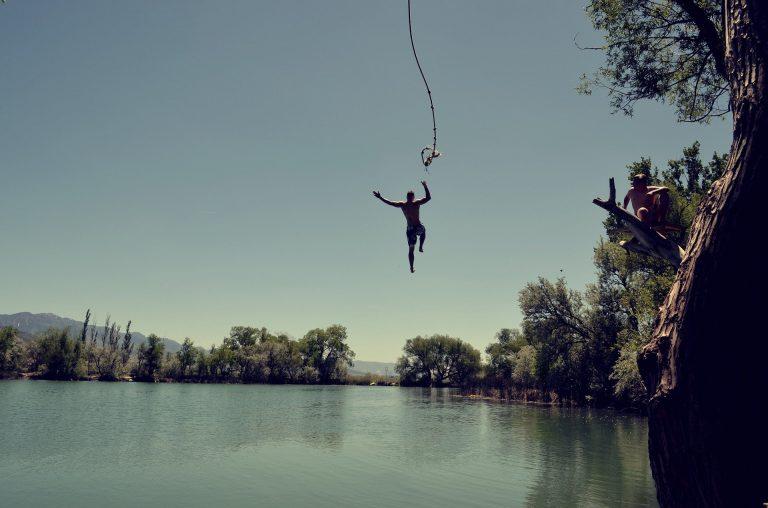 Sprong in het water